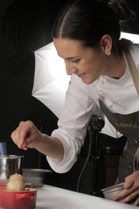 Andrea Dopico finalizando la cocotte de manzana asada
