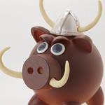 Para el modelo vikingo, Alberto le pone cuernos a los hocicos, tipo jabalí y un casco elaborado a partir de moldes de huevo