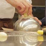 Con un molde semiesfera precalentado, va fundiendo los cantos del huevo que pretende pegar a la pieza general