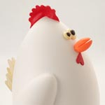 La simpática gallina mona de Pascua sin desplegar