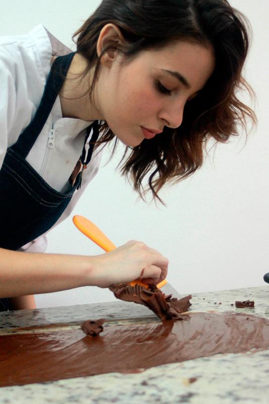 Larissa Areco trabajando chocolate