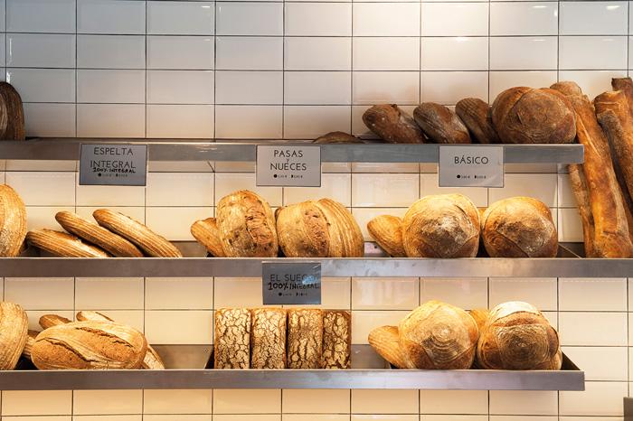 Mostrador con los panes de Panadario
