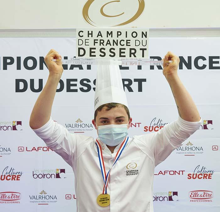Zachary Lebel levantando su trofeo como ganador de la Modalidad Junior del CFD