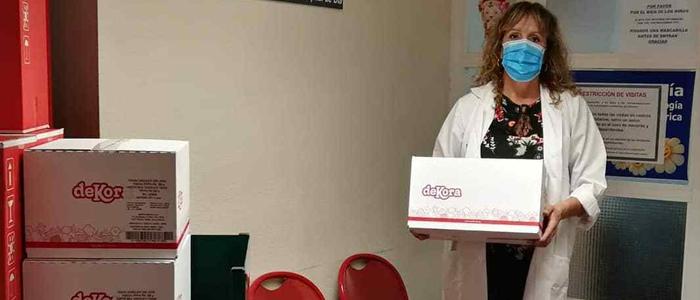 Médico con una de las cajas enviadas por Dekora