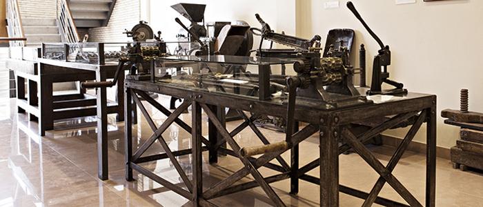 Vista interior del museo con máquinas utilizadas para pastelería