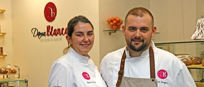 Esther Cortés y Marcos Zaragoza en su establecimiento la Dama Blanca