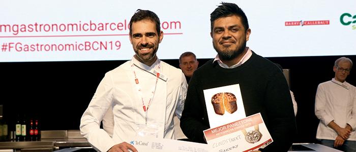 Ton Cortés recibe el premio de las manos de Jordi Morelló ganador de la edición anterior