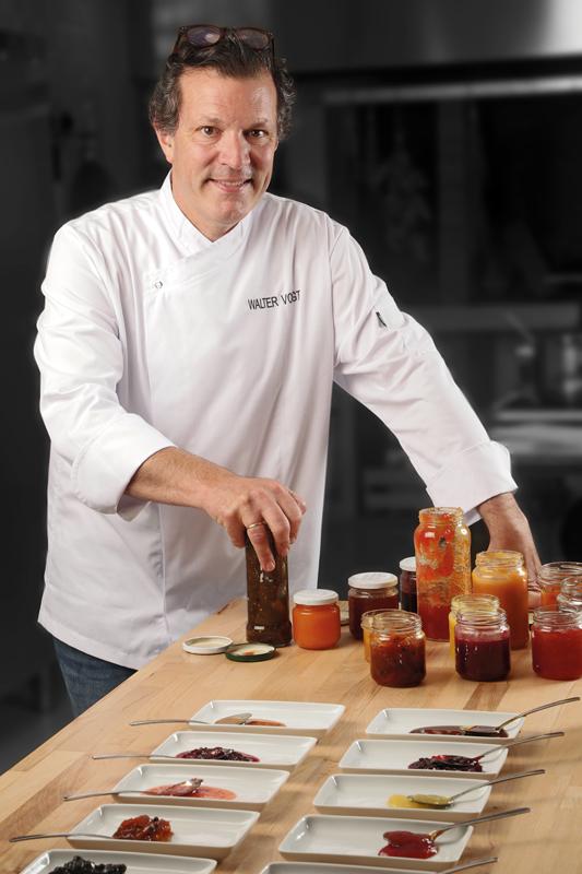 Walter Vogt con una selección de mermeladas, compotas y chutneys
