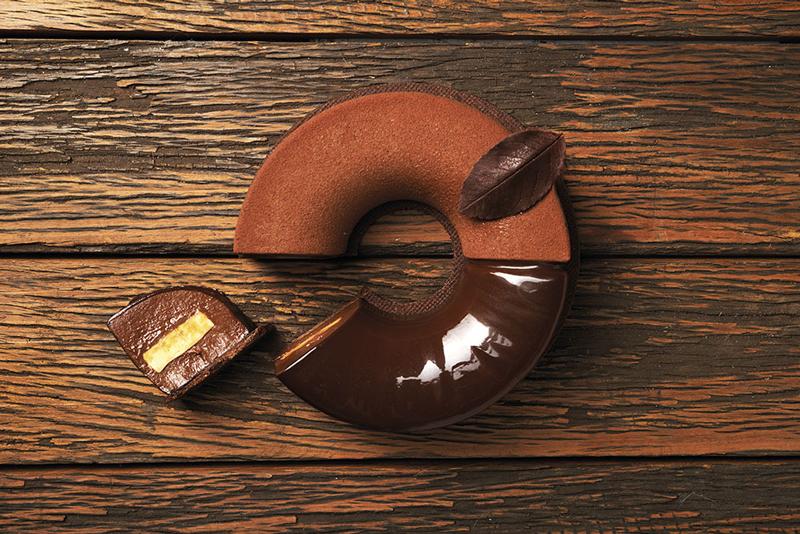 Corte del cremoso de chocolate y naranja de Lucainao garcía