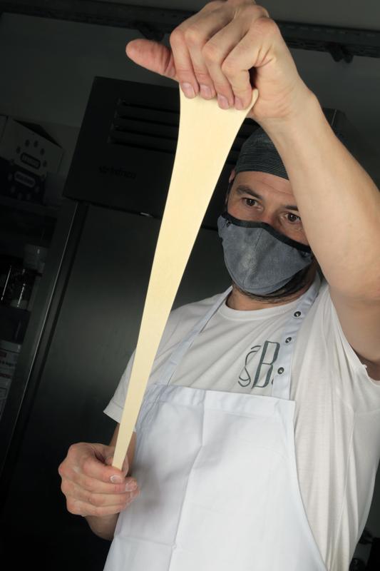 Andreu Sayó estirando la masa del croissant