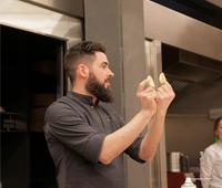 Raúl Bernal mostrando dos piezas del carlino