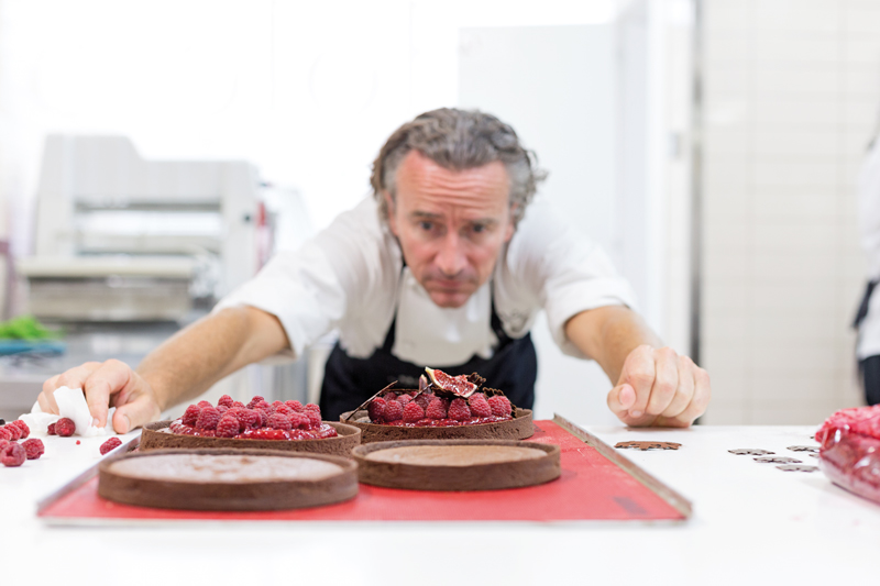 Yann Duytsche mirando una tarta de frambuesa