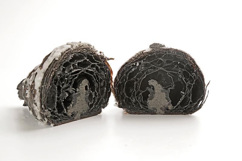 Corte del croissant black sesame de Oriol Rossell