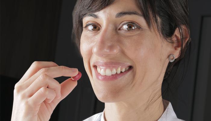 Alba Ruiz con una baya Miracle Fruit