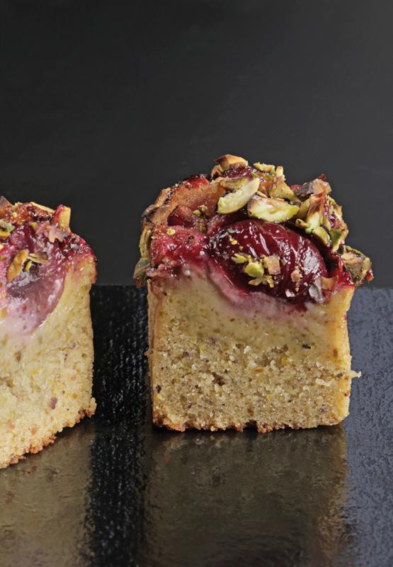 Corte del cake de pistacho y cereza de Lucila Canero