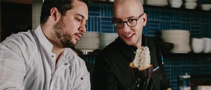 Ricardo Chanetón y Joaquín Elizondo durante el proceso de selección del fruto de cacao