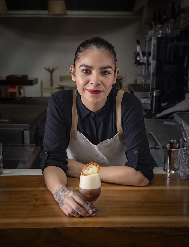 Paulina Maldonado con su cóctel Espresso Martini