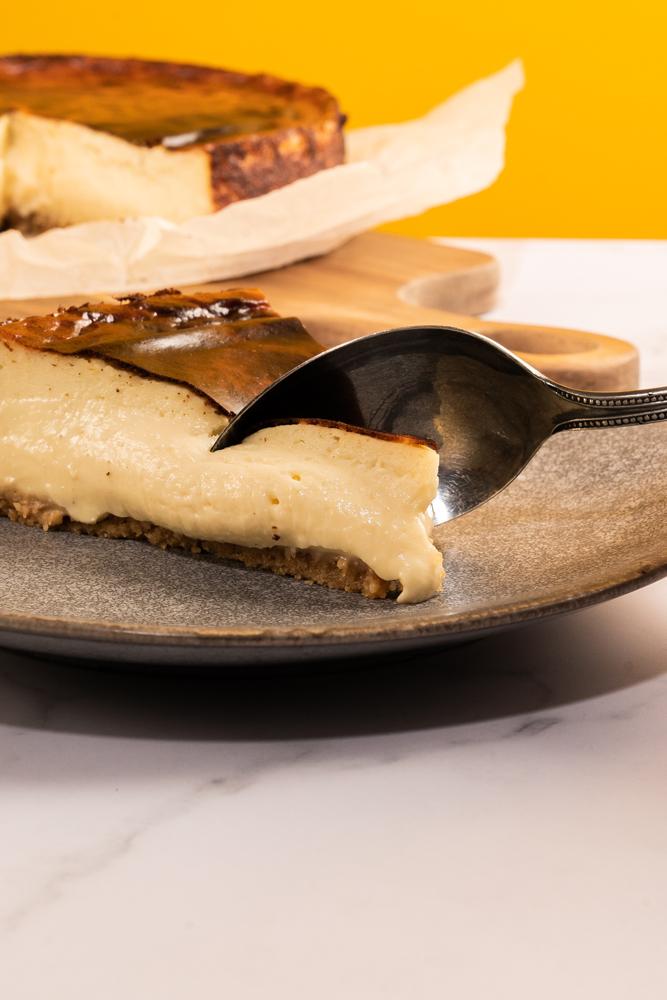 Corte con cuchara del cheesecake de Jon Cakes