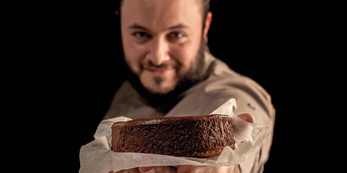 Jon García con su cheesecake de chocolate