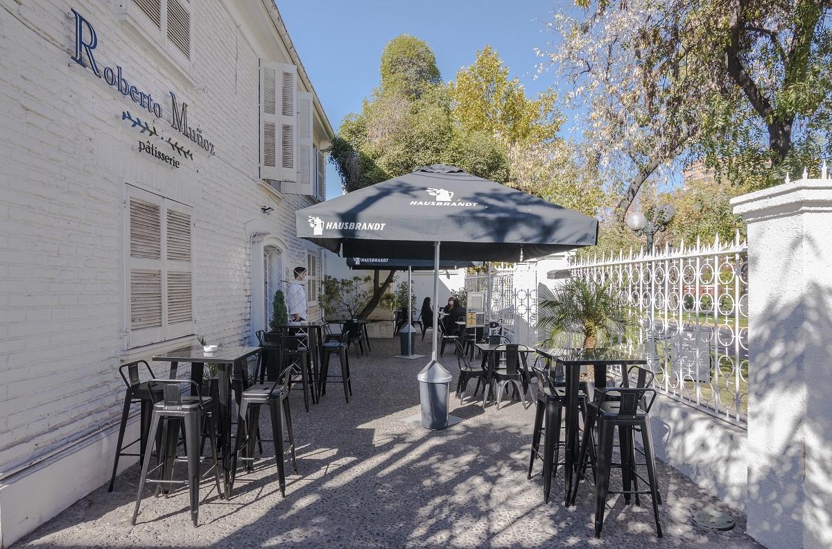 La terraza es uno de los espacios principales de la Patisserie de Roberto Muñoz