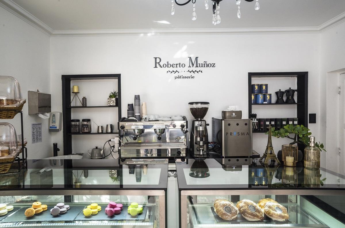 La vitrina que preside la pastelería de Roberto Muñoz