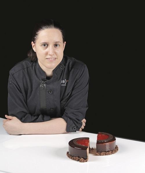 Laia Almirall junto a su tarta de chocolate y naranja