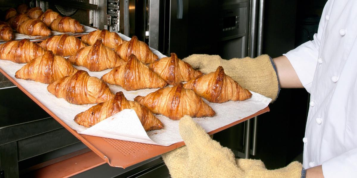 Croissants saliendo del horno