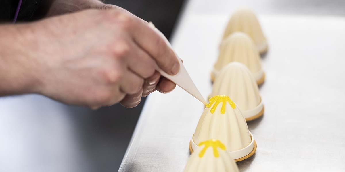 Terminando los pasteles individuales de Zumo de Naranja