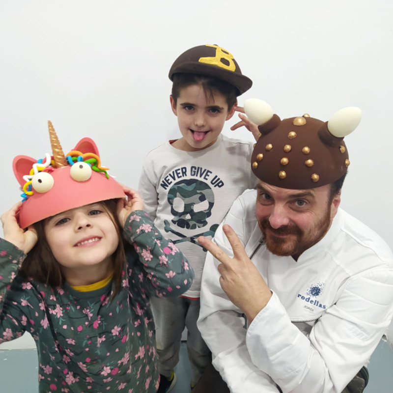 Marc Rodellas y sus sobrinos con monas-sombreros