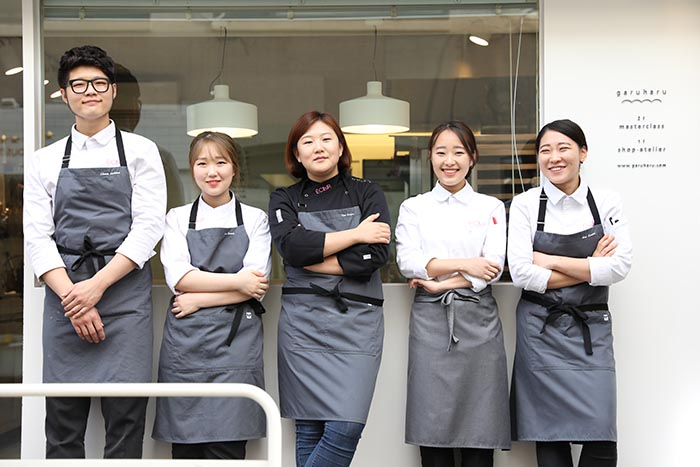 Sun Eun-Young junto a su equipo de Eclair by Garuharu
