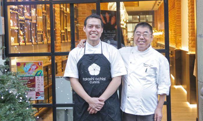 Takashi Ochiai y su hijo Ken frente al nuevo establecimiento
