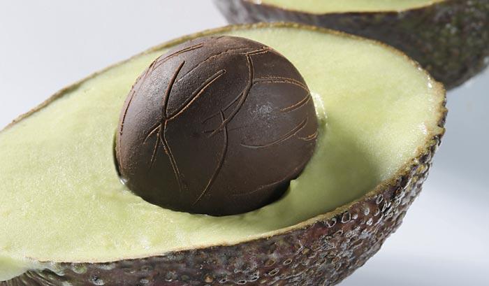 Sorbete de aguacate y tequila con hueso de chocolate relleno de cremoso de queso y lima