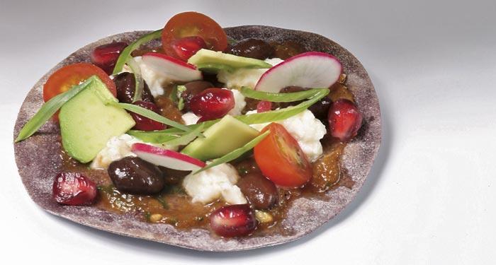 Tortita de harina de maíz morado, con salsa molcajete y verduras crujientes