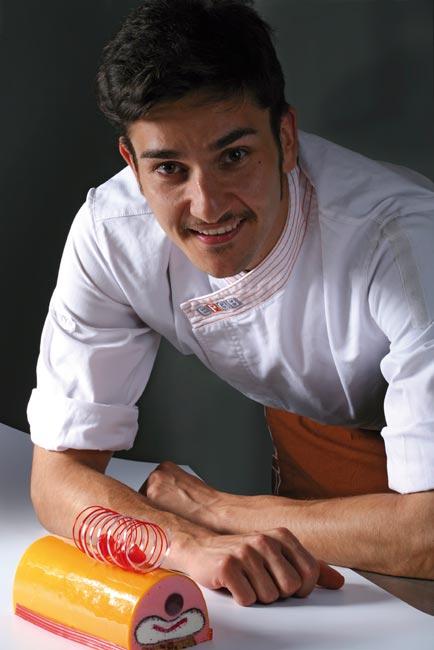Maties Miralles presentando su pastel semifrío Alegría