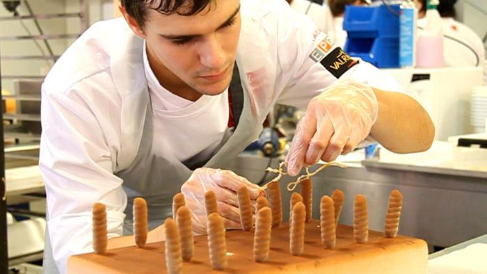 Miquel Guarro elaborando el bombón de autor