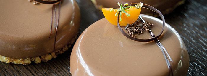 Tarta de chocolate, yogur y hierba limón