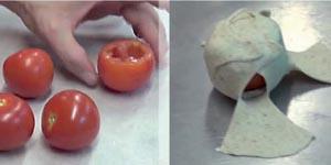 Josep Pascual realizando un pan de tomate y queso relleno
