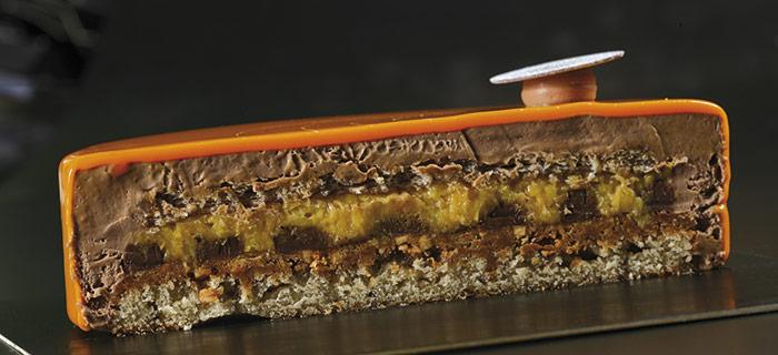 Corte de la tarta semifría de avellana y naranja