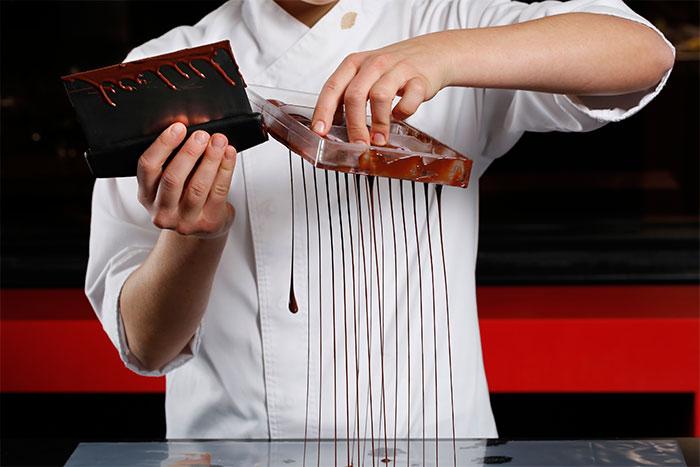 Andrea Dopico trabajando con chocolate