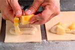 Rellenando el carré con manzana y crema de almendra