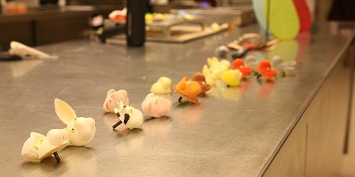 animales de chocolate desparramados sobre la mesa de trabajo