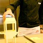Marc Mir explicando cómo elabora la máquina de palomitas