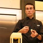Marc Mir explicando cómo elabora con moldes de cápsula los pequeños contenedores de palomitas