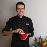Marc Mir posa satisfecho al lado de su feria de chocolate