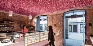 Imagen de 12.000 pirulos de fresa en el nuevo establecimiento de Pan y Pasteles