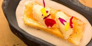 Imagen de Torrija caramelizada con natillas de haba tonka y helado de maracuyá de Kiko Solís