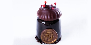Imagen de Color de la noche con bizcocho brownie de cassis y coronas de merengue de Nina Tarasova