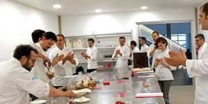 Imagen de Colectivo 21 Brix, la pastelería de color rojo
