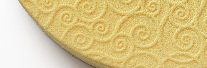 Colección de tartas finas con relieves de crema de mantequilla en la cubierta superior